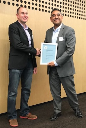 Paul Hammond receiving the 2018 Patrick Pleass Memorial Award from JDR CEO Rohit Parekh